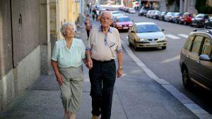 Kyllikki ja Tauno Autio kävelevät kadulla.