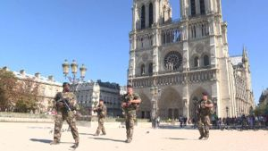 Sotilaita Notre Damen edustalla Pariisissa.