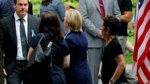 Hillary Clinton kävelee pois WTC-tilaisuudesta avustajiensa ympäröimänä.