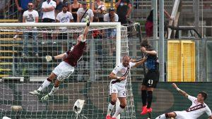 Torinon Joe Hart hukkaa pallon maalillaan.