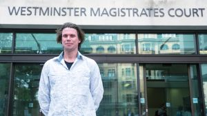 Lauri Love Westminsterin käräjäoikeuden edessä heinäkuussa 2016.