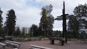 Ylivieskan palaneen kirkon paikalla on muistoaukio risteineen.