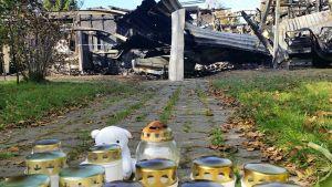 Järventöläntiellä Raahen Pattijoella tiistaiyönä palaneessa rivitalossa menehtyi kaksi lasta. Keskiviikkoaamuna palopaikalle olikin tuotu muistökynttilöitä.