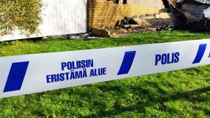 Poliisin eristämä tulipaloalue Raahessa. Pattijoella palanut rivitalo 14.9.2016