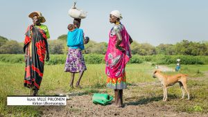 naisia pellolla