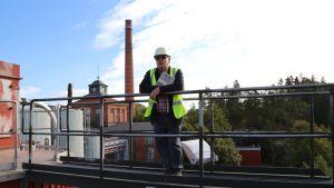 Heikki J. Oksanen Karhulan kartonkitehtaan katolla.