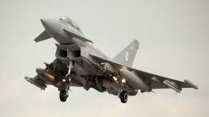 Britannian ilmavoimien hävittäjä lähdössä valvomaan YK:n lentokieltoaluetta Libyassa maaliskuussa 2011.