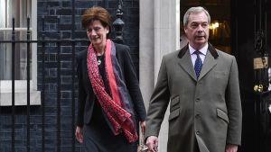 James ja Farage astelevat poispäin Downing Street 10:n ovelta.
