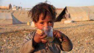 Afgaanityttö väliaikaisessa leirissä Afganistanissa.