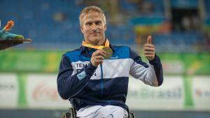 Leo-Pekka Tähti kultamitalikaulassa Riossa