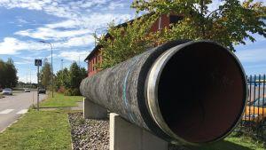 """Hangon torin laidalla on esillä yksi Nord Stream -maakaasuputken """"palanen"""" vuodelta 2010."""