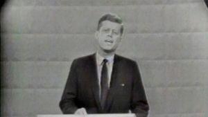 John F. Kennedy puhujanpöntössä, kuvakaappaus tv-väittelystä vuodelta 1960.