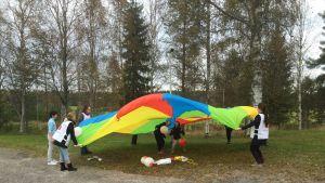 Vapaaehtoiset leikittävät lapsia