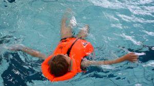 Pelastusliivkelluntaa uimahallissa