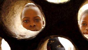 Lapsia YK:n ruokaohjelman ruoanjakopisteellä Malawissa lokakuussa 2005.