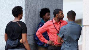 Keith Lamont Scottin perhettä Mecklenburgin oikeustalon ulkopuolella ennen heidän asianajajansa pitämää lehdistötilaisuutta Charlottessa, Pohjois-Carolinassa 22. syyskuuta 2016. Poliisi ampui Scottin 20. syyskuuta.