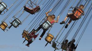 Lapsia karusellissä.