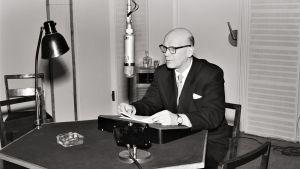 Presidenttiehdokas Urho Kekkonen Yleisradion radion studiossa.