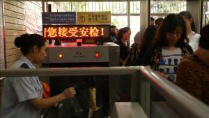Metro-matkustajia läpivalaisussa Pekingissä.
