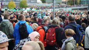 Peli poikki -mielenosoitus Kansalaistorilla.