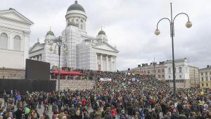 Mielenosoittajia Senaatintorilla.