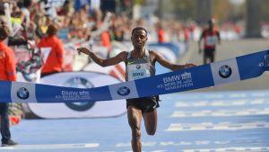 Kenenisa Bekele ylittää Berliinin maratonin maaliviivan voittajana.
