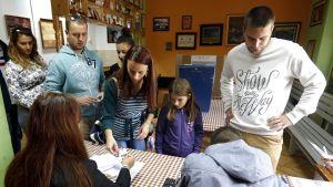 Ihmisiä rekisteröitymässä äänestämään Palen kaupungissa, Bosniassa sunnuntaina.
