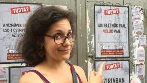 Kaksihäntäinen koira -aktivistiryhmän jäsen Katalin Papp sanoo, että huumori on hyvä tapa vastustaa Unkarin kovaa pakolaispolitiikkaa.