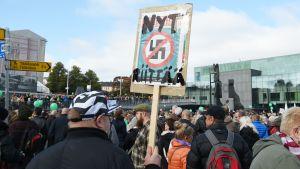 Peli Poikki! – Rikotaan hiljaisuus -mielenosoitus Kansalaistorilla Helsingissä 24. syyskuuta.