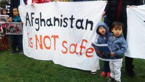Banderolli afgaanien mielenosoituksessa Jyväskylässä.