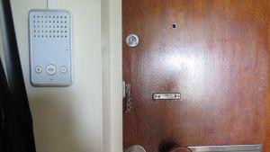 Vuokra-asunnon ovi ja ovipuhelin
