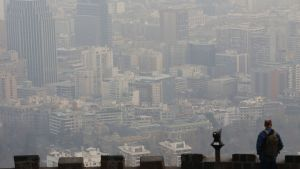 Ilmansaasteiden sumentama näkymä Santiago de Chilen kaupunkiin Chilessä kesäkuussa 2016.
