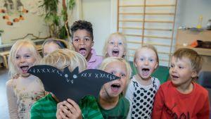 Lapset huutavat päiväkodissa.