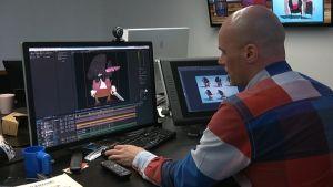 Animaatio-ohjaaja Tero Takalo istuu tietokoneen äärellä ja tekee animaatioelokuvaa.
