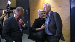 Leila Tuominen ja Jukka Peltomäki näyttivät avoimesti läheisiä välejään Helsingin käräjäoikeudessa. Vasemmalla Tuomisen asianajaja Matti Manner.