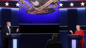Donald Trump ja Hillary Clinton seisovat puhujapöytien takana