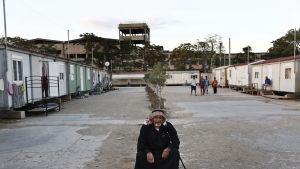 Iäkäs mies pakolaisleirissä.