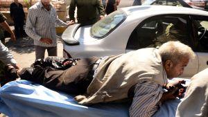 Loukkaantunutta siviiliä viedään sairaalaan 28. syyskuuta Aleppossa.