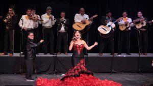 Entinen Miss Universum (1996), Venezuelan Alicia Machado laulaa ennen kruunaamista Queen of Mariachi kansanmusiikin seremoniassa Mexico Cityssä, Meksiko 30. tammikuuta 2016.