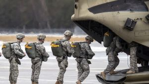 Yhdysvaltain sotilaita siirtymässä helikopteriin Saksassa