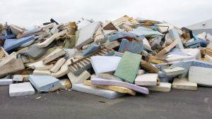 Vanhoja patjoja jätekeskuksessa