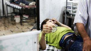 Pommituksissa loukkaantunutta lasta hoidetaan tilapäisessä kenttäsairaalassa 21. heinäkuuta.