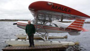Pohjolan moottorilentäjien lennonopettaja Juhani Järvenpää vesitasolentokoneen edessä.
