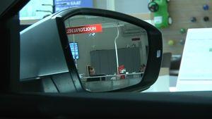Auton sivupeilistä heijastuu Kouvolan Auto-Sunin huoltopalvelutiski