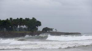 Korkeita aaltoja rannalla.