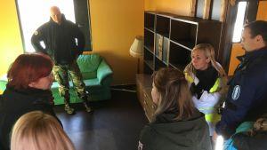 Sosiaalialan opiskelijat harjoittelevat kotikäyntejä ammattilaisten opastuksella Länsi-Suomen pelastusharjoitusalueella Porissa.