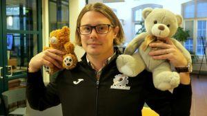 Jussi Sihvonen pitelee kahta nallea