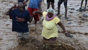 Haitissa hurrikaani Matthew aiheutti voimakkaita tulvia ja ainakin 21 ihmisen kuoleman. Tulvavedet ovat rikkoneet teitä ja katujen ylittäminen on vaikeaa. Kuva Grand Goavesta, Haitista 05. lokakuuta 2016.