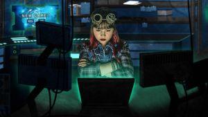 Rosa-pelihahmo tietokoneen äärellä