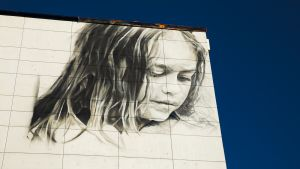 Seinämaalaus kerrostalon seinässä Helsingissä